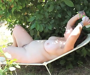 Hairy bbw masturbating outside in the sun