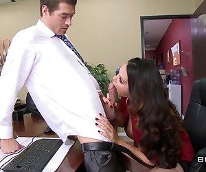 Xander Corvus podra ser el hijo del gerente general, pero eso no quiere decir que Alison Tyler, la arpía de la oficina, tiene que soportar su incompetencia. Él va a tener que ganarsese su posición, y eso significa cerciorarse que el hambriento coño de Alison se mantenga húmedo y viniéndose todo el día. A ella también le gusta que juegen con sus melones, por lo que él tendrá que manejar esa responsabilidad también.